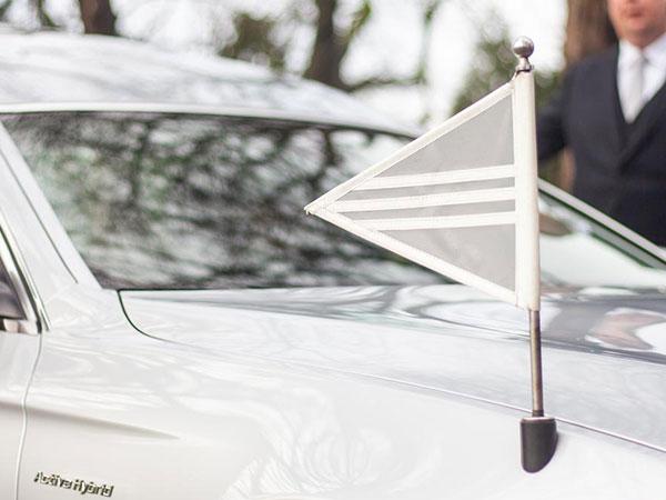 dag van de uitvaart-vlag rouwauto